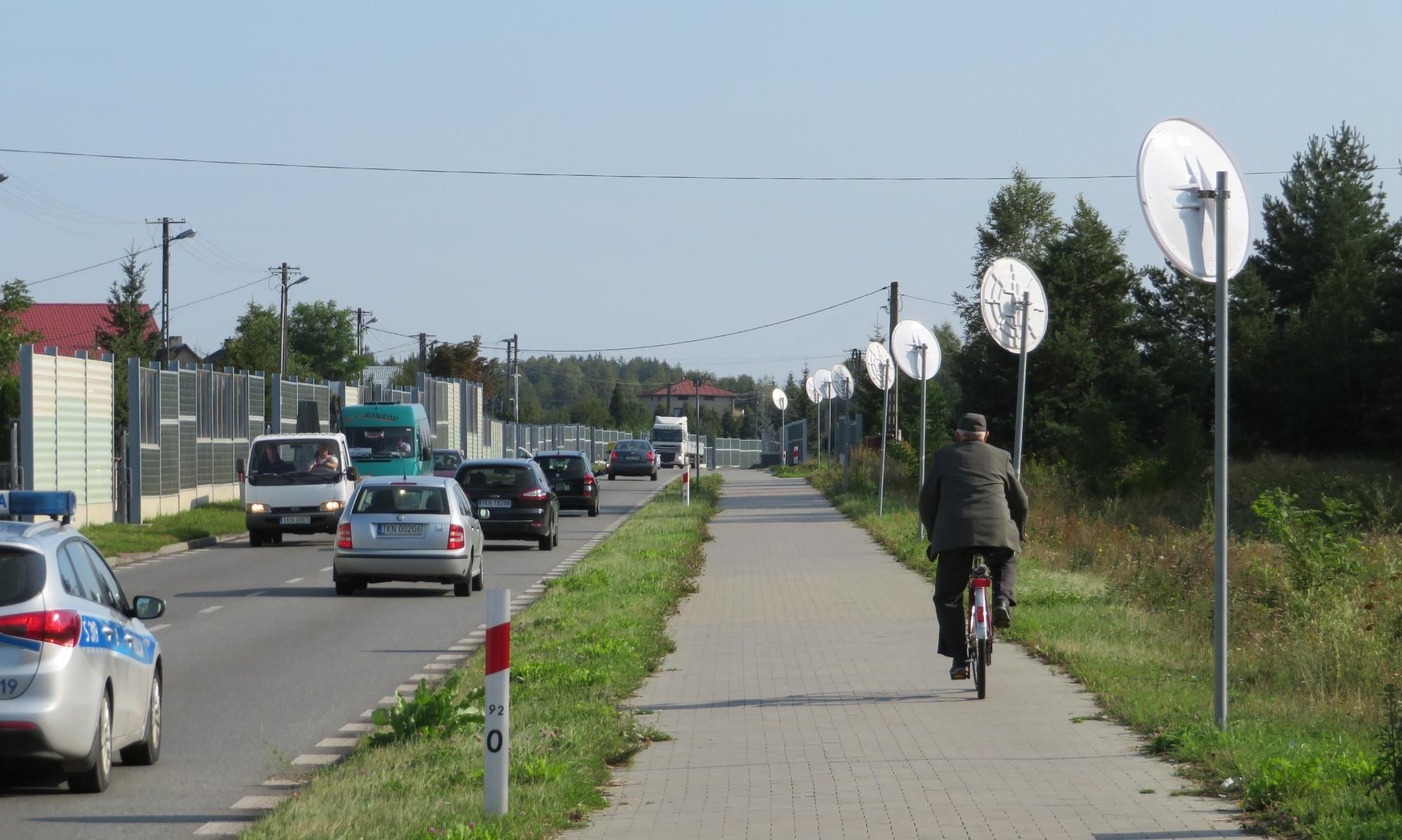 Aleja luster wzdłuż drogi wojewódzkiej i ścieżka rowerowa z kostki