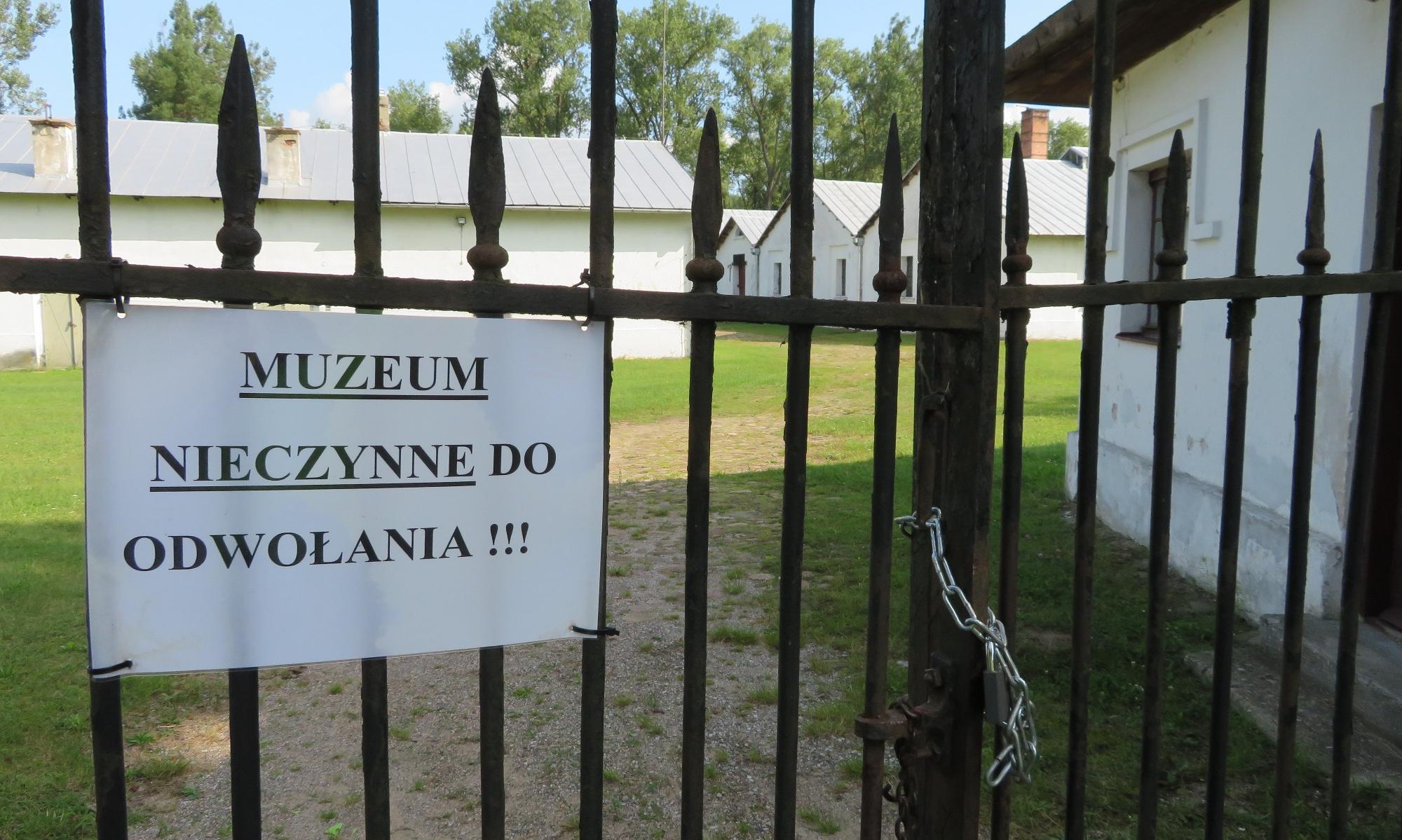 Tablice przy szlaku zachęcają do odwiedzenia Muzeum Techniki Zagłębia Staropolskiego, ale...